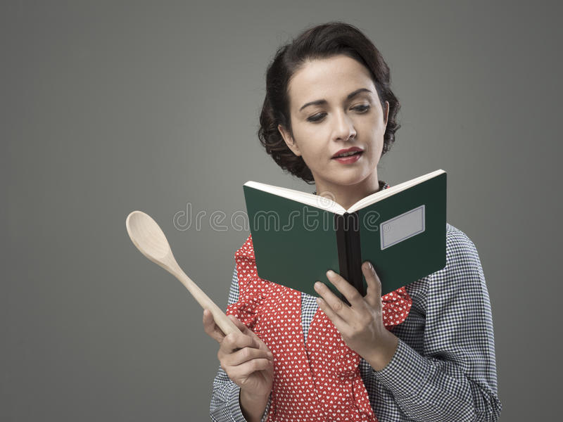 Uitstekende vrouw met kookboek royalty-vrije stock fotografie