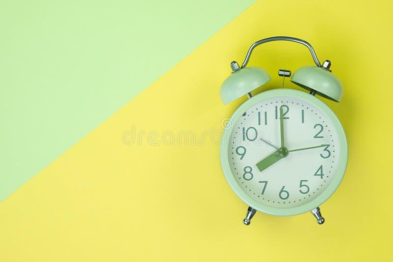 Uitstekende wekker op zoete pastelkleur gekleurde document hoogste mening, rug stock afbeeldingen