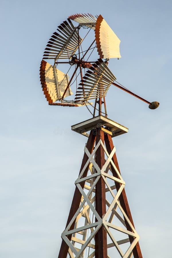 Uitstekende windmolen stock afbeeldingen