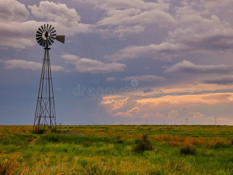 Uitstekende Windmolen met Mooie Hemel en Kleurrijke Weide stock afbeeldingen
