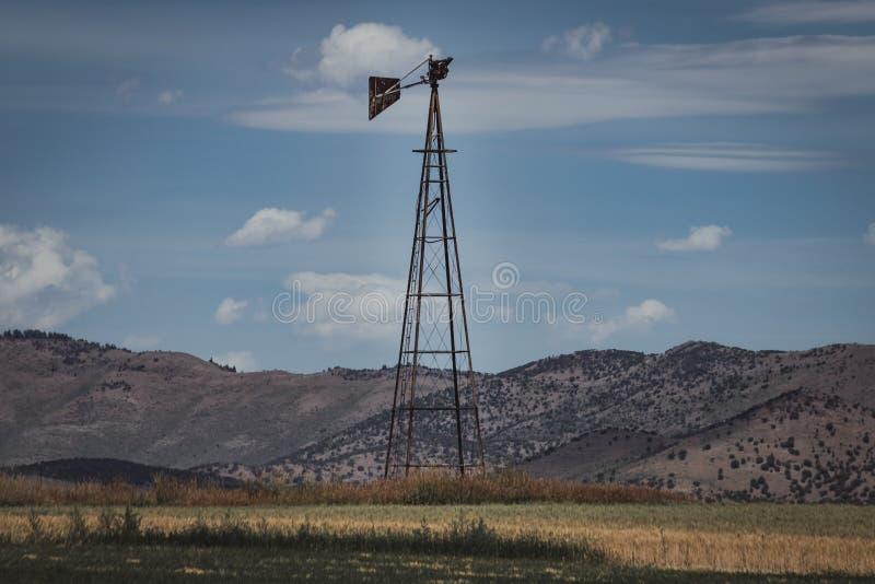 Uitstekende Windmolentribunes op Landelijk Gebied royalty-vrije stock afbeelding