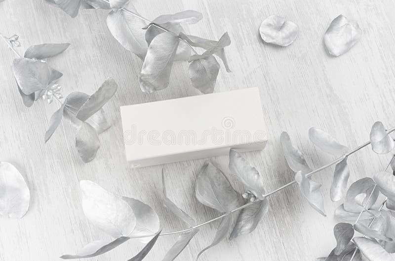 Uitstekende witte lege, gesloten rechthoek cadeaudoos op houten plankdecoraties zilveren zijaanzicht voor ontwerp, branding royalty-vrije stock foto's