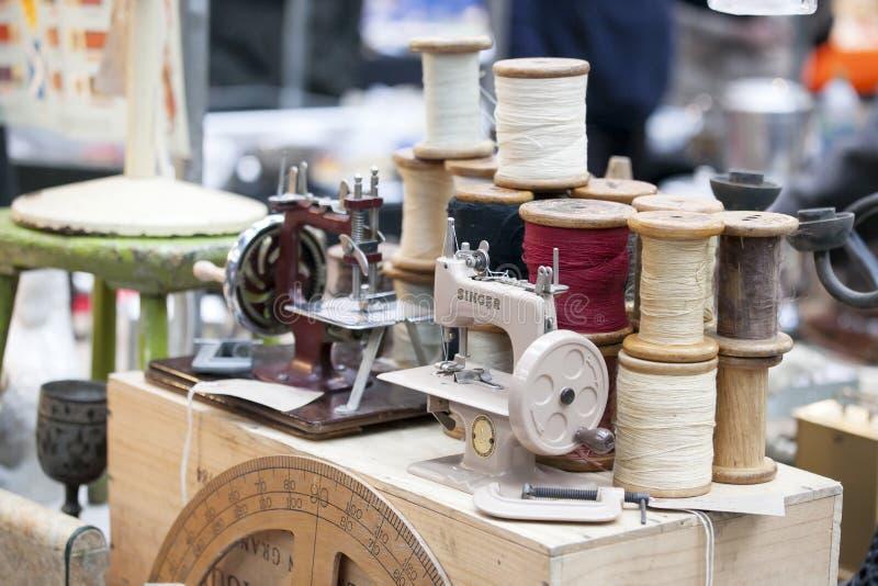Uitstekende Zanger Sewing Machine in een antieke winkel royalty-vrije stock foto