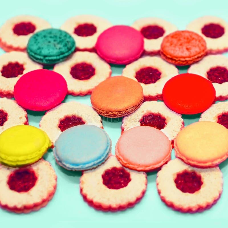Uitstekende zoete kleurrijke makarons en bessencakes royalty-vrije stock foto's