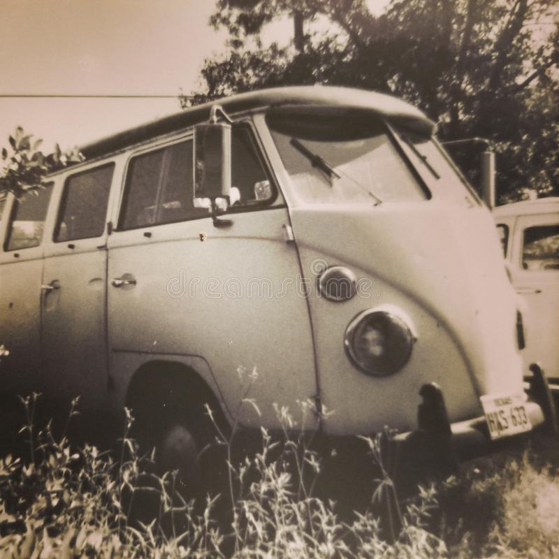 Uitstekende zwart-witte foto van een 1960& x27; s Volkswagen Bestelwagen royalty-vrije stock foto's