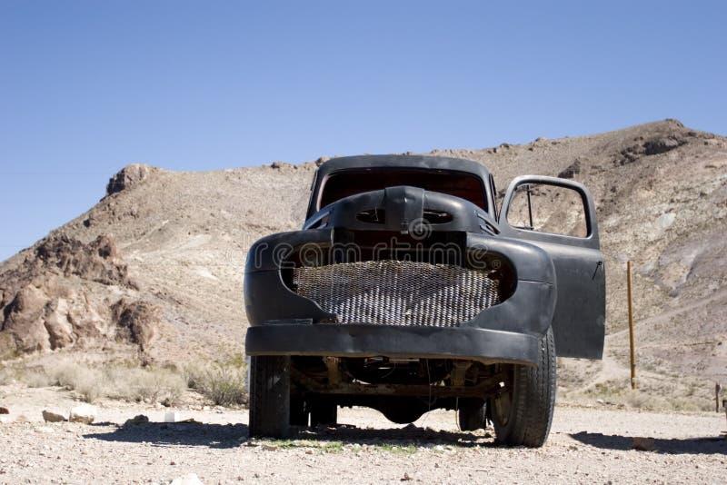 Uitstekende zwarte vrachtwagen in woestijn stock foto's