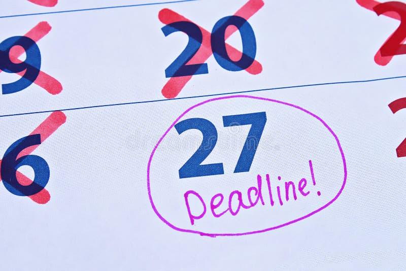Uitstel die dingen tot later uitstellen De kalenderuiterste termijn streepte dagen door stock afbeeldingen