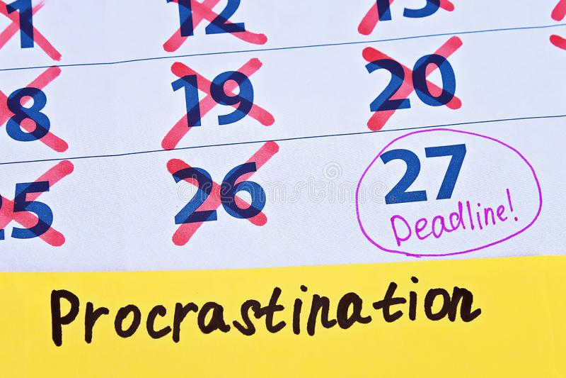 Uitstel die dingen tot later uitstellen De kalenderuiterste termijn streepte dagen door royalty-vrije stock foto's