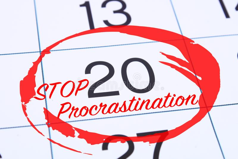 Uitstel, vertragings en urgentieconcept De kalenderdatum merkte het rode uitstel van het tellerseinde stock foto