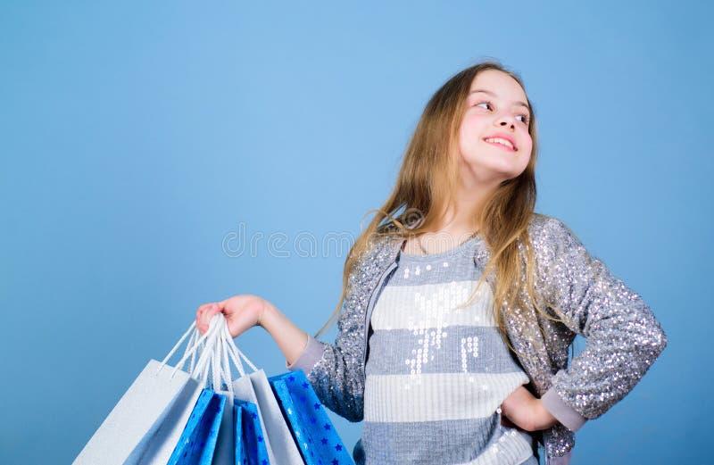 Uitverkoop Verkoop en Kortingen Klein meisje met het winkelen zakken Speciale aanbieding De besparing van de vakantieaankoop Gelu royalty-vrije stock fotografie
