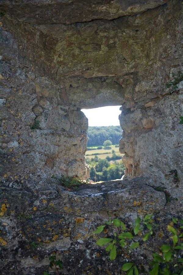 Uitvlucht in oude kasteelmuur stock foto's