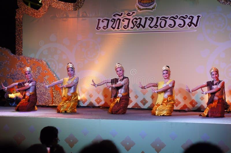 Uitvoerders op stadium voor de verjaardag van de Thaise Koning, a royalty-vrije stock afbeeldingen