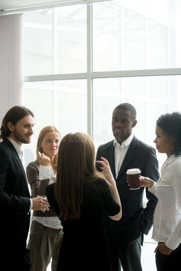 Uitvoerend commercieel team die bespreking hebben bij koffiepauze binnen weg stock foto