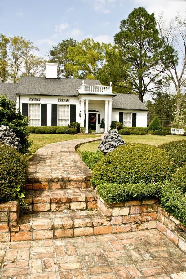 Uitvoerend huis met baksteengang royalty-vrije stock afbeelding