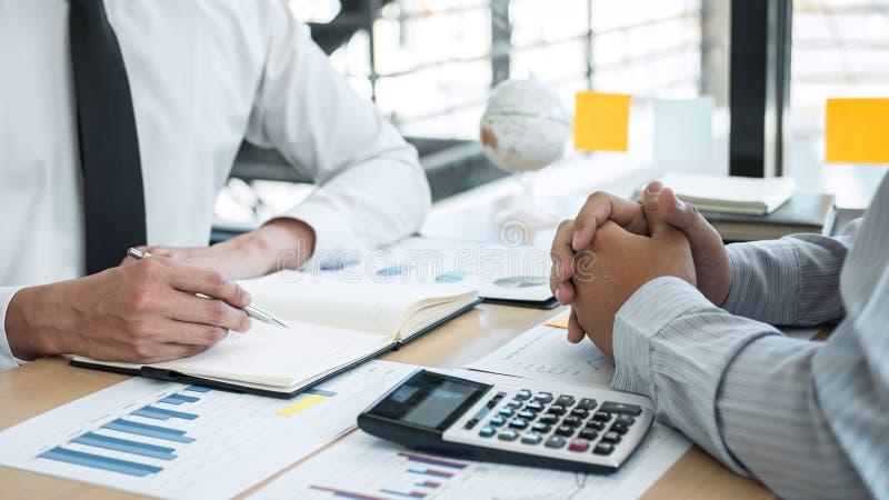 Uitvoerende commerciële teambrainstorming op vergadering aan de planning van investeringsproject het werken en strategie van het  stock afbeeldingen