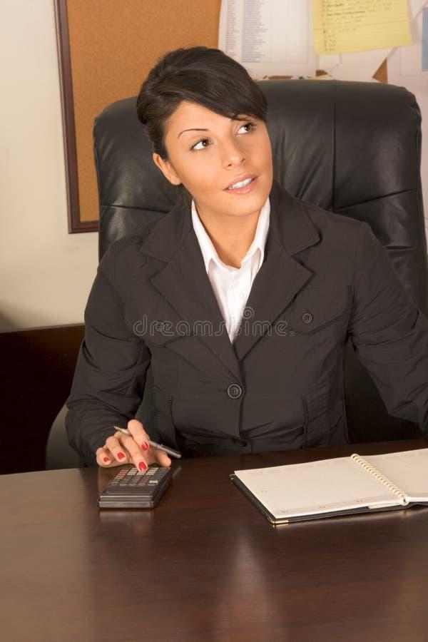 Uitvoerende hulpvrouw in pak stock fotografie