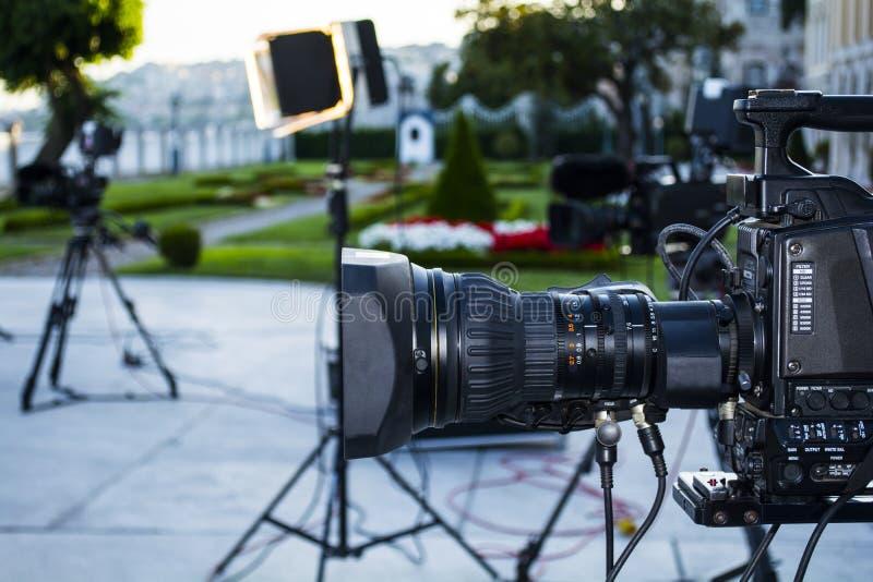 Uitzendingstv; film die camera of videoproductie en film, TV-bemanningsteam met camera schieten stock foto