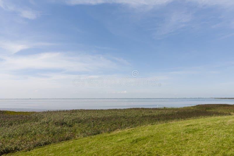 Uitzicht op Ijsselmeer, взгляд на Ijsselmeer стоковые изображения