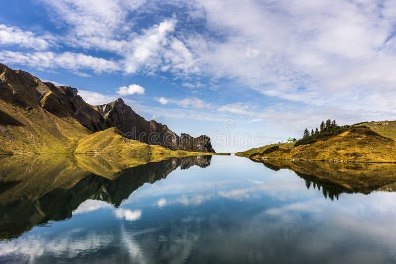 Uitzonderlijke mening van alpien meer ` Schrecksee ` in de alpen met symmetrische bezinningen in Beieren, Duitsland royalty-vrije stock fotografie