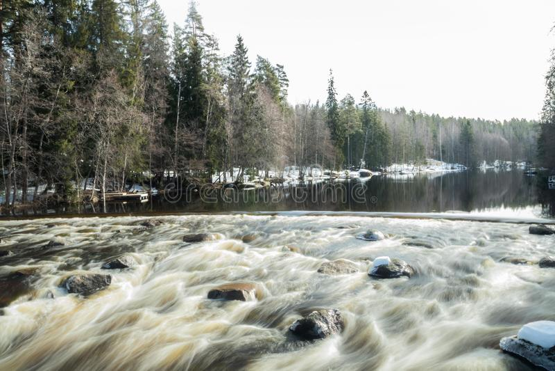 Ujawnienie długa fotografia Tama i próg na rzecznym Jokelanjoki, Kouvola, Finlandia obraz royalty free