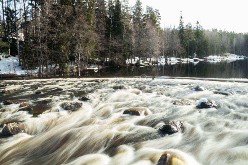Ujawnienie długa fotografia Tama i próg na rzecznym Jokelanjoki, Kouvola, Finlandia zdjęcie royalty free