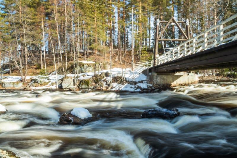 Ujawnienie długa fotografia Tama i próg na rzecznym Jokelanjoki, Kouvola, Finlandia fotografia stock