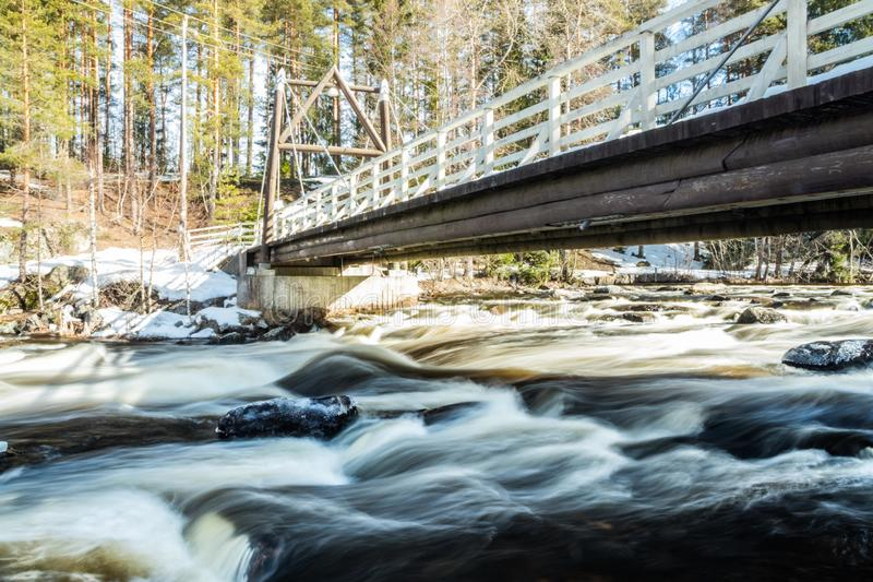 Ujawnienie długa fotografia Tama i próg na rzecznym Jokelanjoki, Kouvola, Finlandia fotografia royalty free
