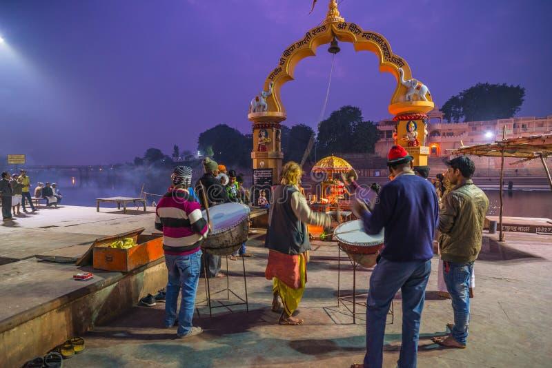 Ujjain, Índia - 7 de dezembro de 2017: Povos que atendem à cerimônia religiosa no rio santamente em Ujjain, Índia, cidade sagrado imagem de stock royalty free