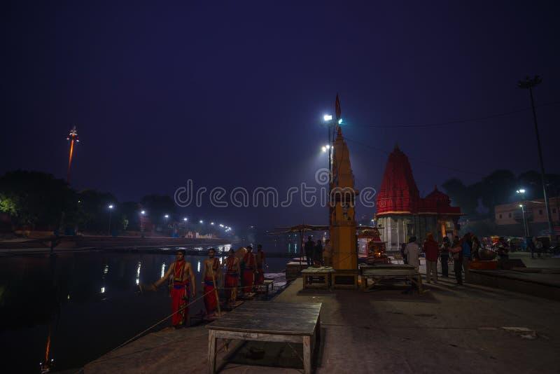 Ujjain, Índia - 7 de dezembro de 2017: Povos que atendem à cerimônia religiosa no rio santamente em Ujjain, Índia, cidade sagrado fotografia de stock royalty free