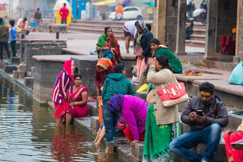 Ujjain, Índia - 7 de dezembro de 2017: Povos que atendem à cerimônia religiosa no rio santamente em Ujjain, Índia, cidade sagrado fotografia de stock