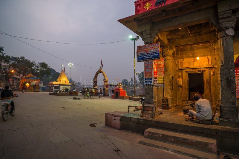 Ujjain, Ινδία - 7 Δεκεμβρίου 2017: Άνθρωποι που παρευρίσκονται στη θρησκευτική τελετή στον ιερό ποταμό σε Ujjain, Ινδία, ιερή πόλ στοκ εικόνα με δικαίωμα ελεύθερης χρήσης