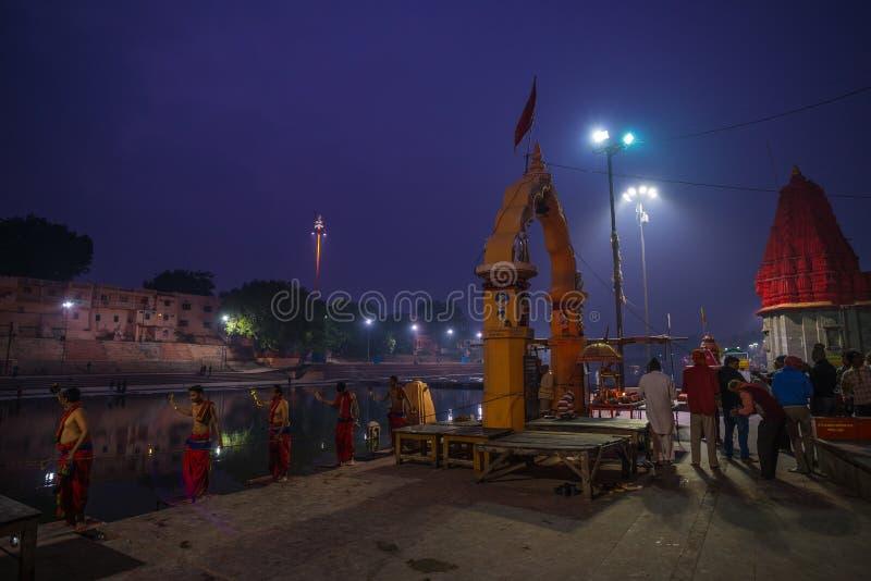 Ujjain, Индия - 7-ое декабря 2017: Люди присутствуя на религиозной церемонии на святом реке на Ujjain, Индии, священном городке д стоковые фото