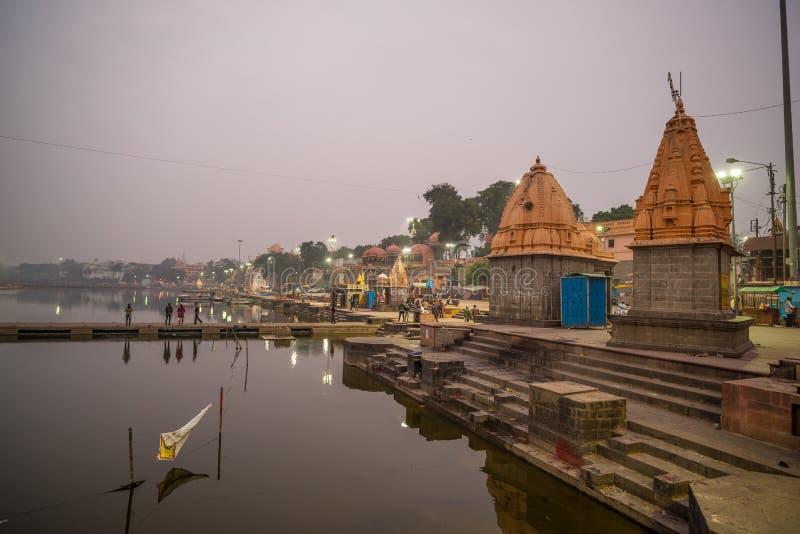 Ujjain, Индия - 7-ое декабря 2017: Люди присутствуя на религиозной церемонии на святом реке на Ujjain, Индии, священном городке д стоковое фото