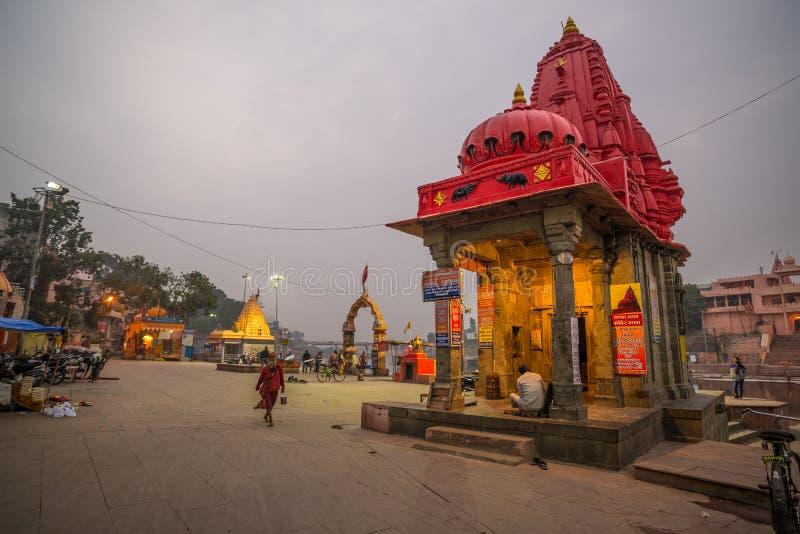 Ujjain, Индия - 7-ое декабря 2017: Люди присутствуя на религиозной церемонии на святом реке на Ujjain, Индии, священном городке д стоковые фотографии rf