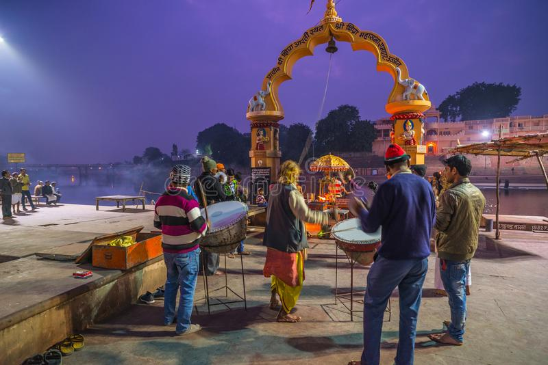 Ujjain, Индия - 7-ое декабря 2017: Люди присутствуя на религиозной церемонии на святом реке на Ujjain, Индии, священном городке д стоковое изображение rf