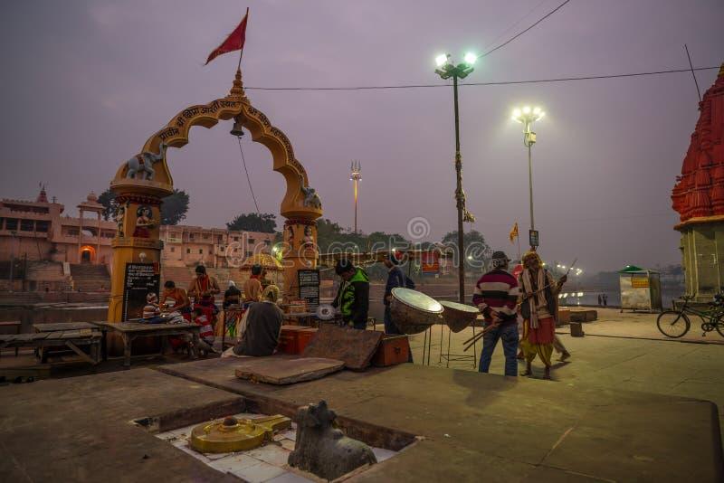 Ujjain, Индия - 7-ое декабря 2017: Люди присутствуя на религиозной церемонии на святом реке на Ujjain, Индии, священном городке д стоковые изображения