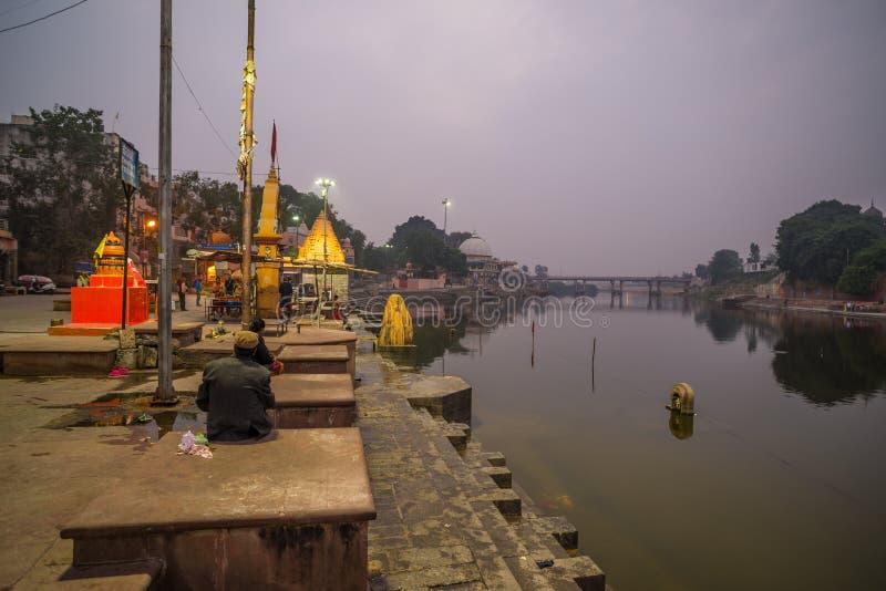 Ujjain, Индия - 7-ое декабря 2017: Люди присутствуя на религиозной церемонии на святом реке на Ujjain, Индии, священном городке д стоковые изображения rf