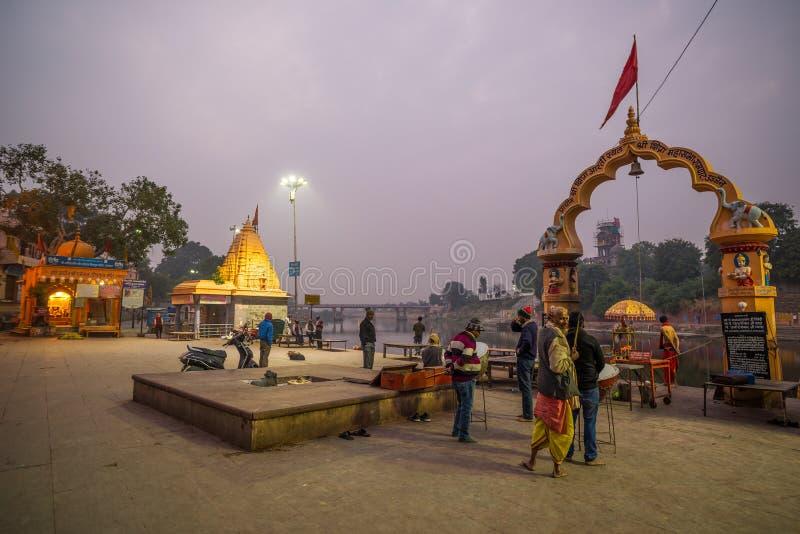 Ujjain, la India - 7 de diciembre de 2017: Gente que asiste a ceremonia religiosa en el río santo en Ujjain, la India, ciudad sag fotos de archivo libres de regalías