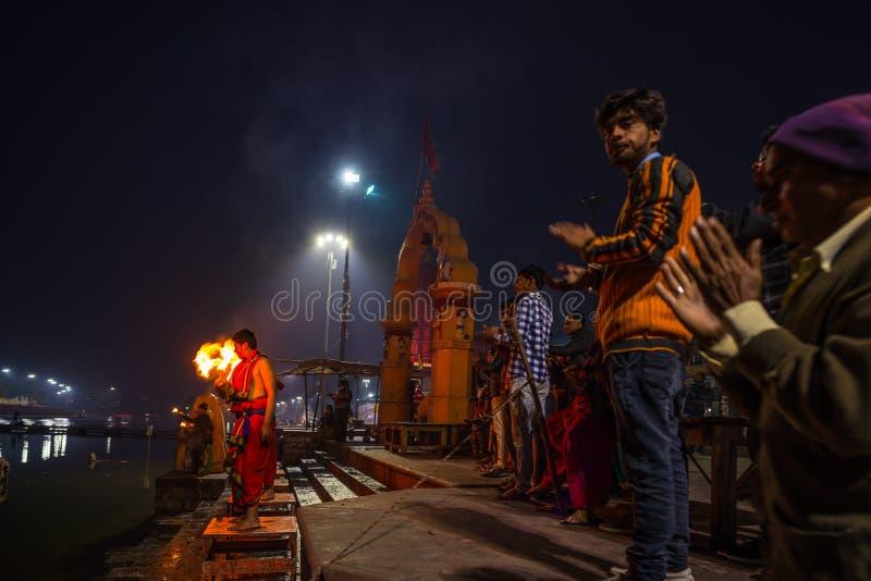 Ujjain, la India - 7 de diciembre de 2017: Gente que asiste a ceremonia religiosa en el río santo en Ujjain, la India, ciudad sag foto de archivo
