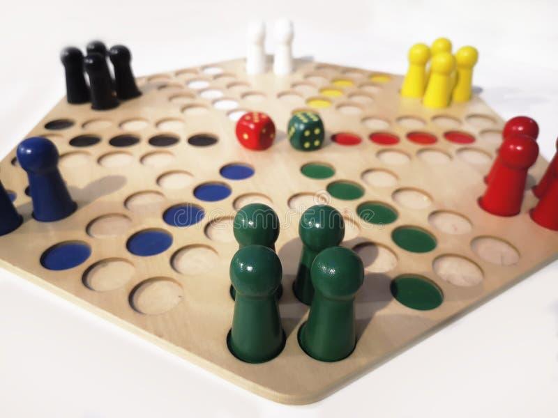 Układy scaleni i kostki do gry dla gry planszowej zdjęcie royalty free