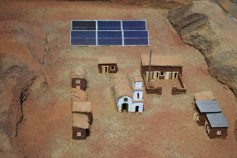 Układ mała wioska gdzieś w pustyni z panel słoneczny i używać energią słoneczną obrazy royalty free