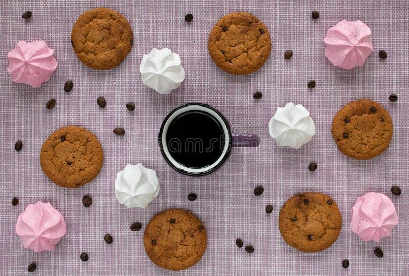Układ na tkanej pielusze z oatmeal ciastkami, filiżanką, kawowymi fasolami i barwionym marshmallow, obrazy royalty free