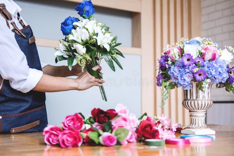 Układający sztucznych kwiaty przekazuje dekorację w domu, Młody woma zdjęcie stock