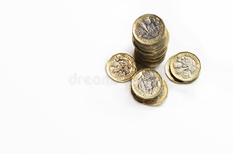 UK-pengar, bunt av ekonomisk tillväxt för pundmynt som in visas av högar för kassa arkivfoton