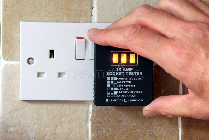 UK propp för visning för 13 ampere hålighettester som korrekt arbetar fotografering för bildbyråer
