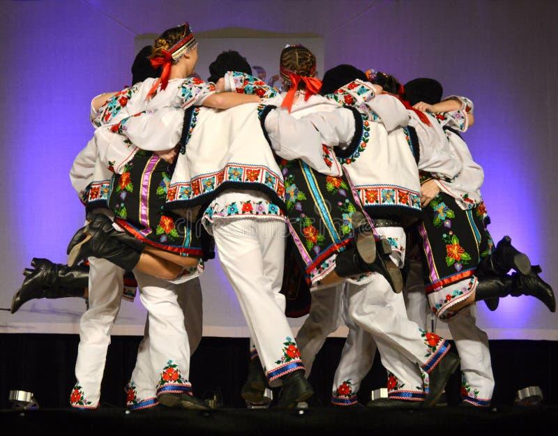 Ukraińscy tancerze w okręgu zdjęcia royalty free