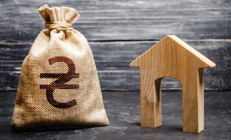 Ukraińska torba na pieniądze z symbolem UAH Zakup i inwestycje nieruchomości Przystępna pożyczka, hipoteka Podatki, wynajem zdjęcie stock