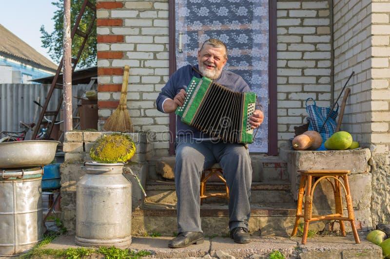Ukraiński chłop bawić się guzika akordeon zdjęcia stock