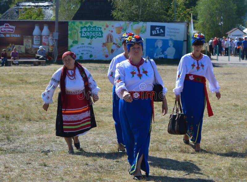 Ukraińskie damy chodzi dawać koncertowi przy krajowym Ukraińskim rocznika rynku ` S obraz stock