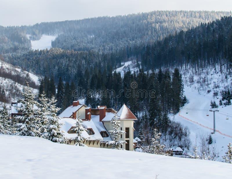 UKRAINA †'Luty 2017: Śnieżysty hotel w zima lesie zdjęcie stock